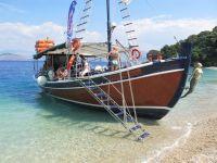 0059_-_6._Wanderung_-_Nach_der__Wanderung_erreichen_wir_unser_Piratenschiff_mit_Barbecue_an_Bord_und_baden_im_Meer_640x480